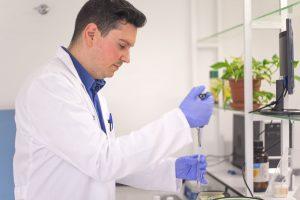 Técnico de laboratorio trabajando