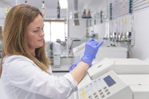 Técnica de laboratorio trabajando